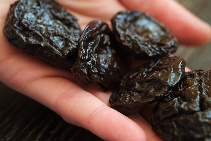 Настойка на черносливе: 3 рецепта десертного напитка