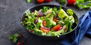 Салат с киноа: варианты с овощами, с авокадо и креветками, с курицей, с тунцом