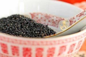 Черный кунжут: полезные свойства и противопоказания, как употреблять его правильно и где можно купить