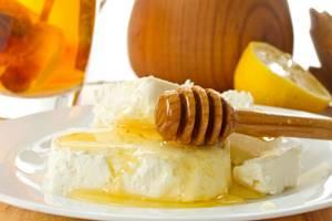 Творог с медом: полезные качества и совместимость